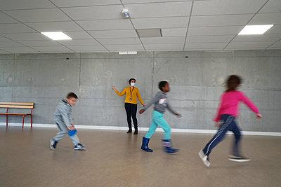 Gym at school during coronavirus - p1610m2215920 by myriam tirler
