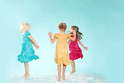 Three toddler in studio - p2490473 by Ute Mans