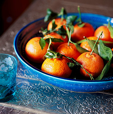 Bowl of clementines - p349m695216 by Emma Lee