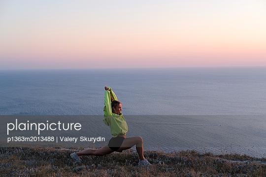 plainpicture - plainpicture p1363m2013488 - Athletic young woman is str... - plainpicture/Valery Skurydin