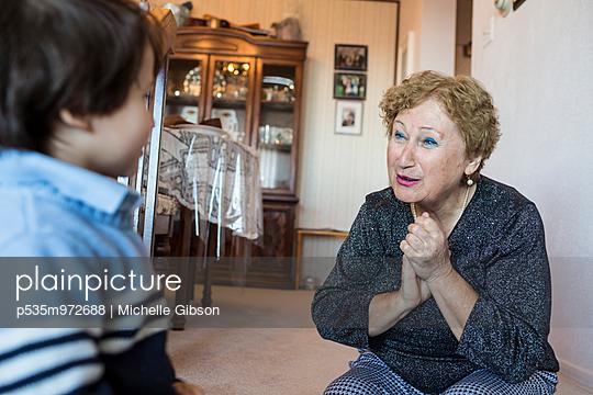 Großmutter mit Enkel - p535m972688 von Michelle Gibson