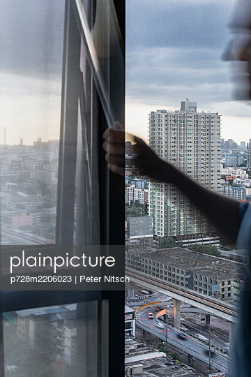 Ausblick aus einem Hotelzimmer in Bangkok - p728m2206023 von Peter Nitsch