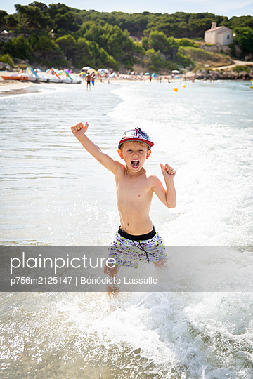 Boy on the beach - p756m2125147 by Bénédicte Lassalle