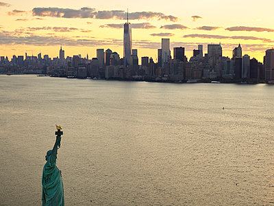 USA, New York City, Aerial photograph of the Statue of Liberty at sunrise - p300m1189359 by Cameron Davidson