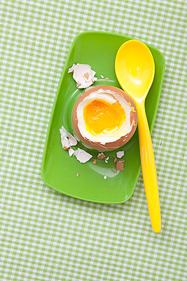 Plastic spoon and egg - p4541546 by Lubitz + Dorner
