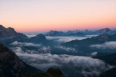 Sonnenaufgang auf dem Nuvolau - p470m1190156 von Ingrid Michel