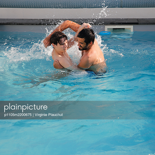 Brothers in swimming pool - p1105m2200675 by Virginie Plauchut