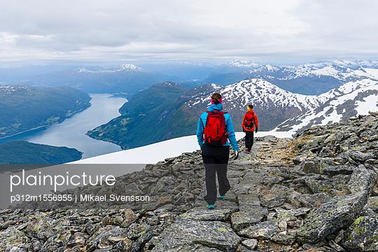 plainpicture - plainpicture p312m1556955 - Woman and boy hiking in mou... - plainpicture/Johner/Mikael Svensson