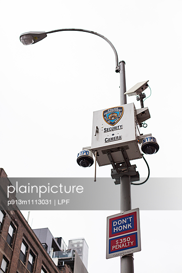 Street lamp with security camera in NewYork - p913m1113031 by LPF