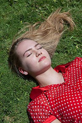 Dösen im Gras - p045m1574434 von Jasmin Sander