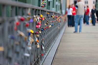 Germany, Hesse, Frankfurt, view of footbridge Eiserner Steg with love locks at railing - p300m2213652 by Martin Moxter