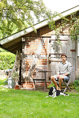 Mann im Garten - p606m933984 von Iris Friedrich