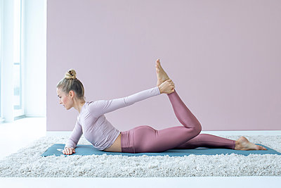 Woman practising yoga - p1678m2258832 by vey Fotoproduction