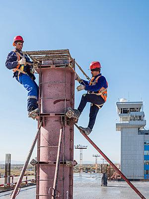 Rohbauarbeiten auf einer Baustelle mit Bauarbeitern am Flughafen - p390m2076219 von Frank Herfort