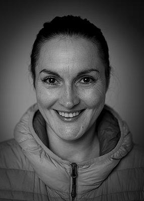 Woman, portrait - p552m2071145 by Leander Hopf