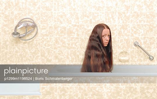 Badezimmerporträt - p1299m1198524 von Boris Schmalenberger