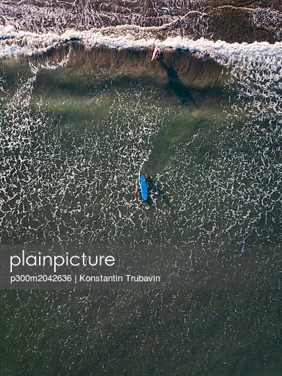 Indonesia, Bali, Kuta beach, Aerial view of surfers - p300m2042636 von Konstantin Trubavin