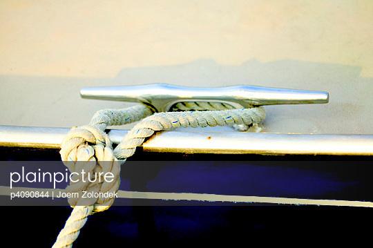 Tightened boat - p4090844 by Jörn Zolondek
