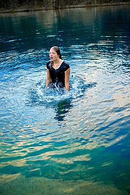 Junges Mädchen planscht in einem Badesee - p1012m2168362 von Frank Krems