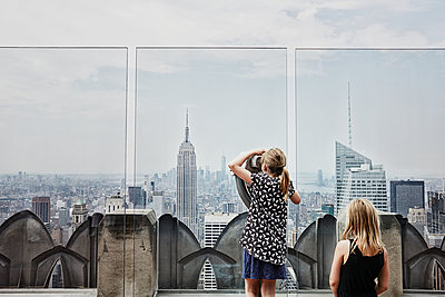 Girls looking at skyscrapers - p312m1229392 by Anna Kern
