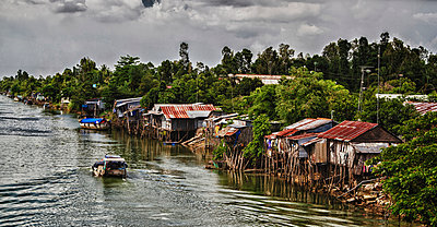 Slums built along Mekong river in Hong Ngu area, Vietnam, Southeast Asia - p934m893104 by Andre Minoretti photography