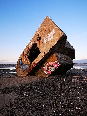 Frankreich, Alter Bunker - p945m2216076 von aurelia frey