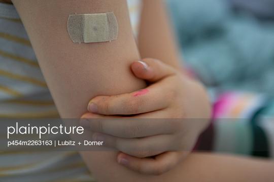 Vaccination via injection - p454m2263163 by Lubitz + Dorner