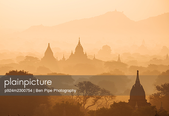 Myanmar, Bagan, view of temples in morning mist - p924m2300754 by Ben Pipe Photography