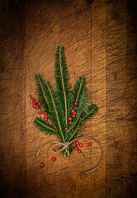 Pine fronds and mistletoe berries - p1427m2163698 by Tetra Images
