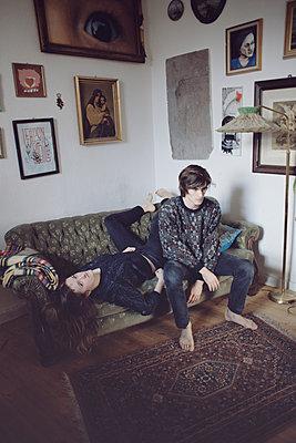 Junger Mann und junge Frau auf Sofa - p1429m1502604 von Eva-Marlene Etzel