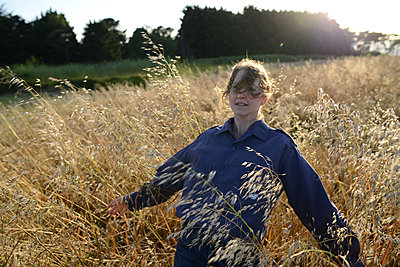 young woman in wheatfield - p1631m2208650 by Raphaël Lorand