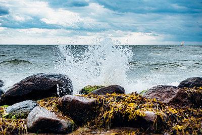 Germany, Ruegen, water splashing at the coast - p300m2005481 von Jana Mänz