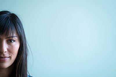 Porträt einer jungen Frau mit langen braunen Haaren - p427m1548207 von R. Mohr