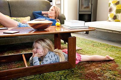 mittagsschlaf auf sofa - p825m1441714 von Andreas Baum