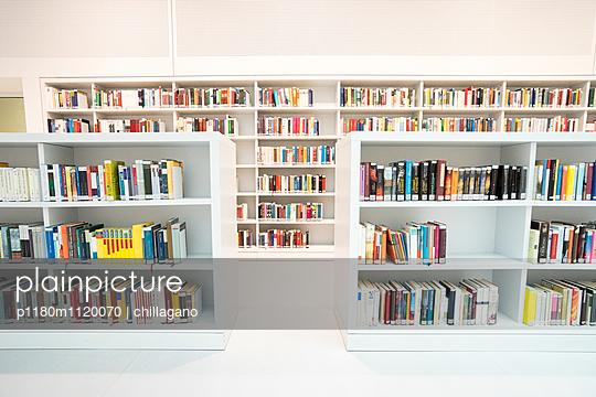 Gefüllte Bücherregale in Weiß - p1180m1120070 von chillagano