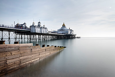 Long exposure image of Eastbourne Pier, Eastbourne, East Sussex, England, United Kingdom, Europe - p871m1498187 by Lee Frost