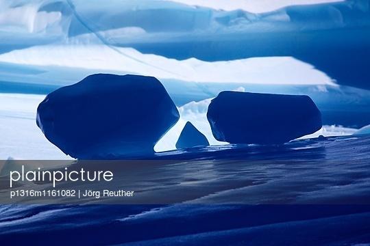 Detailaufnahme, Eisberg, Ostgrönland, Grönland - p1316m1161082 von Jörg Reuther