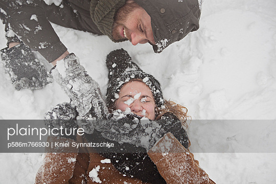 Snowball fight  - p586m766930 by Kniel Synnatzschke