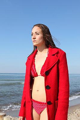 Im Mantel und Bikini - p045m938929 von Jasmin Sander