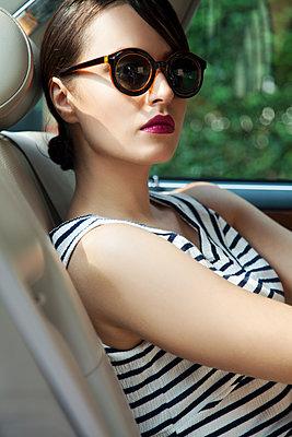 Junge Frau auf Rücksitz im Auto - p1248m1185552 von miguel sobreira