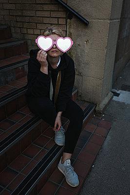 Woman holding heart-shaped glasses - p1477m2038882 by rainandsalt