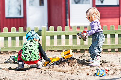 View of girls playing with sand - p312m1551968 by Johner Images