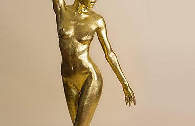 Female sculpture - p427m1548151 by Ralf Mohr