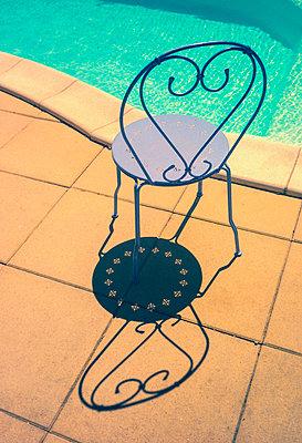 Stuhl am Pool - p567m1515830 von Alexis Bastin