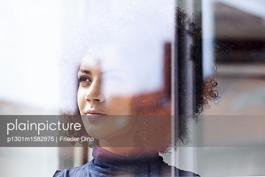 Junge Frau am Fenster - p1301m1582975 von Delia Baum