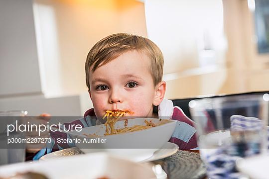kleiner Junge isst Spaghetti - p300m2287273 von Stefanie Aumiller