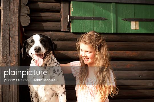 Junges Mädchen mit einem Hund - p533m1169622 von Böhm Monika