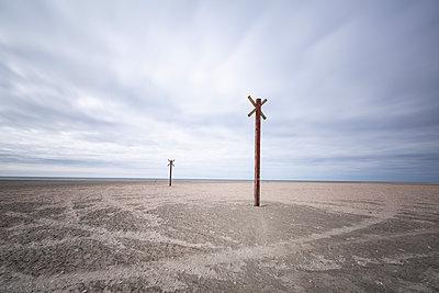 Denmark, Romo, Markers along coastal beach - p300m2273630 by Anke Scheibe