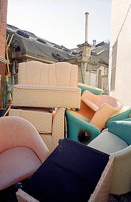 Müll in einer Hausecke - p4140196 von Volker Renner