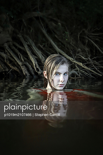 Mädchen im Wasser - p1019m2107466 von Stephen Carroll